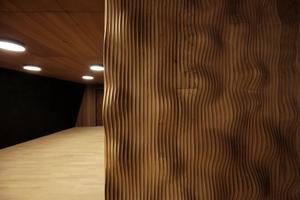 Vorraum Kleiner Saal: Die wellige Holzlandschaft ist die Innenoberfläche der hier aufgeklappten Saaltür