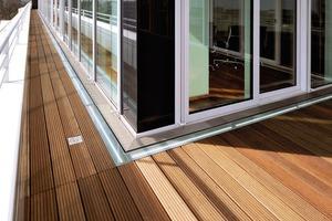 Auf Balkonen oder Terrassen eingesetzte Entwässerungssysteme schützen vor Feuchtigkeit und gewährleisten gleichzeitig einen mühelosen Zugang