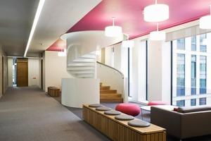 Überall im Gebäude befinden sich kleine Zonen mit diversen Sitzgelegenheiten in denen informell kleinere Besprechungen abgehalten werden können<br />