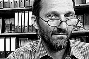 """<div class=""""fliesstext_vita""""><strong>Dr. Matthias Kutterer</strong></div><div class=""""fliesstext_vita""""></div><div class=""""fliesstext_vita"""">Matthias Kutterer arbeitet seit 1991 für die RFR Group und gründete im Jahr 1999 die Stuttgarter Niederlassung des Büros, die RFR Ingenieure GmbH. Zusammen mit seinem Team arbeitete er bereits an der AWD Arena Hannover, dem Atriumdach der SAP Offices in Galway/IR und dem Panoramaaufzug in Königstein. Seine Doktorarbeit über Sandwich-Systeme und Mehrschichtgläser verfasste er am ILEK in Stuttgart.</div>"""