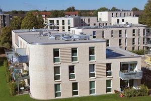 """Bauträger und Grundstücks-Gesellschaft TRAVE mbH (Lübeck), entschied sich für eine zweischaligen Wand mit Kerndämmung. Für die Außenwände und alle tragenden Innenwände kam der Hochloch-Wärmedämmziegel """"Unipor W09"""" als tragendes Mauerwerk zum Einsatz. Mit einem U-Wert von 0,24 W/m²K erreicht der Ziegel bei einer Mauerstärke von 36,5 cm eine so hohe Dämmqualität, dass zum Erreichen des Energiestandards """"KfW-Effizienzhaus 55"""" die zusätzliche Dämmschicht auf 6 cm Mineralwolle reduziert werden kann"""