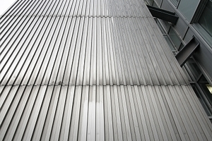 Oder so: Stahl hinter Edelstahl ... irgendwann nach der Eröffnung dann Kultbau und Denkmal in Düsseldorf.<br />