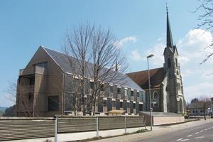 Kraftwerk-B steht neben der Kirche St. Sebastian. Der Entwurf sah ein Flachdach vor. Doch die kantonale Denkmalschutzbehörde stimmte dagegen<br />