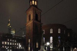 Im Schatten des wunderbar illuminierten Commerzbank Towers (Foster Architects, 1997) der Ort der Verleihung: die Paulskirche (Rudolf Schwarz, 1948).