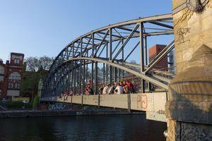 Der Siemenssteg in Berlin-Charlottenburg ist ausschließlich eine Fußgängerbrücke. Die Bogenbrücke, 1899 bis 1900 gebaut, wurde im Weltkrieg 1939-45 nicht zerstört, da sie keine strategische Bedeutung hatte. Sie ist ein Baudenkmal.