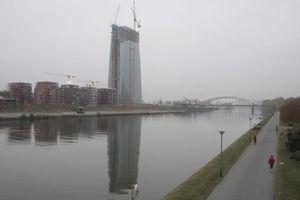 EZB Tower mit Wohnbebauung links