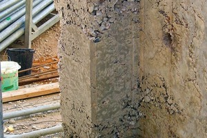 Der Begriff 'Betoninstandsetzung' bezieht sich im Allgemeinen auf die Schadensbeseitigung bei Bestandsbauten. Beim Neubau wird die Mängelfreiheit beinahe als selbstverständlich vorausgesetzt. Doch die Realität ist anders, wie das Bild zeigt. Von außen sichtbare Kiesnester beeinträchtigen die Dauerhaftigkeit sowie den Lastabtrag und unter Umständen auch den Brandschutz