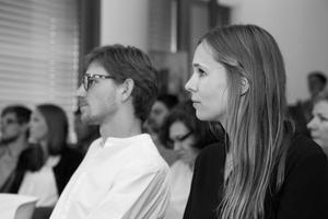 Obwohl alle Arbeiten eine hohe Qualität aufweisen konnten, entschied sich die Jury für Miriam Johanna Völcker und Maximilian Goes, da ihre Themen eine besonders hohe gesellschaftliche Relevanz aufzeigen