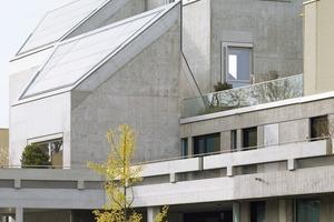 """<div class=""""10.6 Bildunterschrift"""">Die bestehende Betonfassade wurde aufwändig restauriert nachdem die Flächen vor Jahren mit einer hellen Schlemme bzw.einer schwarzen Kupfereindeckung versehen worden waren</div>"""