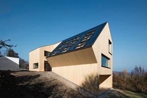 Die Photovoltaikanlage mit 48m² Fläche auf der Südwestseite des Daches speist soviel Energie ins Netz, dass, über 30 Jahre gerechnet, die Energie für Betrieb und Errichtung des Gebäudes wieder eingebracht wird<br />