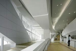 """<div class=""""13.6 Bildunterschrift"""">Das Innere des Archivgebäudes; Eingang und Information</div>"""