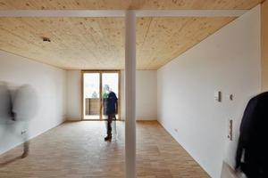 Während die Wände mit Gipskarton beplankt und weiß gestrichen wurden, blieben die Holzdecken in den Wohnungen unverkleidet