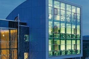 rechts: Verwaltungsgebäude<br />des Architekturbüros<br />3LArchitekten in Menden - durch den Einsatz von T-Profilen mit Lochmuster wird eine Transparenz in der Queransicht erzeugt, so dass die Wahrnehmung der Profile zurückgenommen wird