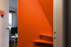 Alles Neue ist orange <br />markiert, so auch die <br />eingefügte Treppe. Diese führt in den Spitzboden, der zu einem Schlafraum <br />ausgebaut wurde<br />