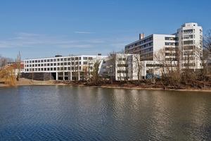Vom Stadtsee Piepe aus gesehen, grenzt der Neubau sich klar ab. Jedoch ist entlang des Sees ein Weg zum Café K des RKK entstanden