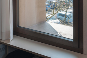 Die 75cm tiefen Fensterlaibungen ähneln in ihrer Funktion einer Duschwanne. Eine wasserabweisende Schicht lässt kein Wasser in den Putz eindringen. Der mittig gesetzte Abfluss in den Fensterlaibungen führt das Wasser in Sickermulden am Boden