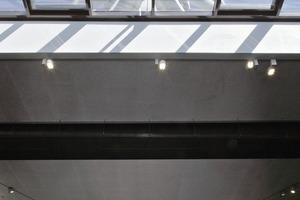 Das dreieckige Konstruktionsprinzip des Turms wird im Innern des Neubaus über dia-gonale Betonstützen nach unten fortgeführt. Der statische Kräfteverlauf ist über ein Oberlicht nachvollziehbar