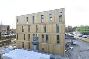 Schmale, vertikale Fenster garantieren einen geringen Wärmeverlust