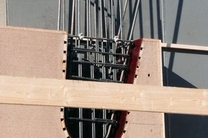 """<div class=""""""""><strong>Die später verglasten Bereiche wurden mit Holzhohlkästen dargestellt, dann wurden die geschlossenen Fassadenelemente betoniert</strong></div>"""