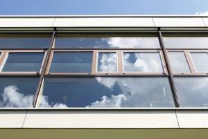 """<div class=""""15.6 Bildunterschrift"""">Die alten Fenster wurden gegen das hochwärmegedämmte Fassadensystem Wictec 50HI bzw. 77HI mit 3-fach-Isolierverglasung</div><div class=""""15.6 Bildunterschrift"""">ausgetauscht. Für die Pfosten-Riegelfassade mit Einspannelementen ergab sich am Ende ein U<sub>cw</sub>-Wert von 1,2 W(m²K)</div>"""