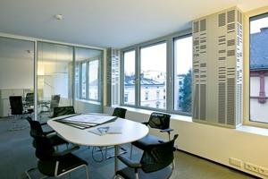 Die dezentrale Lüftung im Bürogebäude Feldbergstraße in Frankfurt a. M. saugt über geschlitzte Metallpaneele direkt Luft an und bringen sie gekühlt oder beheizt in die Büroflächen