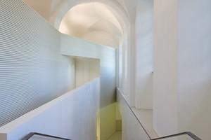 Betreten wird das neue Studien- und Konferenzzentrum aus dem Ehrenhof kommend über die ehemalige Schlossküche. Von dort führen ein Aufzug und eine großzügige Treppe in den unterirdischen zweigeschossigen Anbau