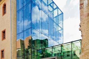 links: Glasfassade aus punktgehaltenem Sonnenschutzglas mit Siebdruck für den Treppenturm