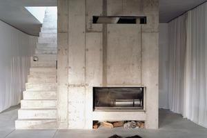 Statt einer hochgedämmten Hülle, innerhalb derer alle Räume gleichmäßig auf 20°C gehalten werden, setzt Brandlhuber auf thermische Zonierung. Im Winter reduziert sich die Wohnfläche dann auf 70m², die durch den zentralen Kamin- und Saunaofen beheizt werden können