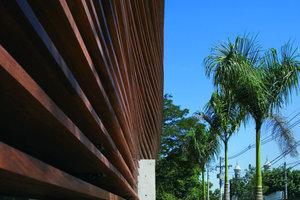 Brise-Soleil ist ein starres Sonnenschutzsystem, welches meist aus feststehenden Lamellen oder Sonnen-<br />schutzrastern aus Holz, Kunststoff, eingefärbtem Glas oder Aluminium besteht. Der Nachteil an diesem System ist die mangelnde Flexibilität. Dadurch ist ein flexibles Reagieren auf den Sonnenstand kaum möglich. So kann man davon ausgehen, dass der Sonnenschutz nur zu bestimmten Zeiten optimal gewährleistet ist