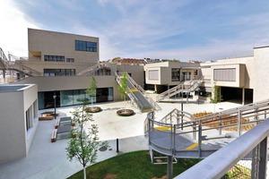 Für etwa 1100 Kinder und 200 Mitarbeiter entwarfen PPAG architects ztgmbh den neuen Bildungscampus in Wien. Da die Klassenzimmer in den übereinanderliegenden Einheiten versetzt sind, entstanden sowohl im Erd- als auch im Obergeschoss Außenräume