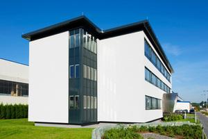 Die Außenwand im Trockenbau kann, wie bei diesem Verwaltungsbau, in sehr kurzer Bauzeit errichtet werden