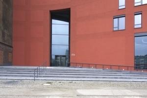 Der Haupteingang liegt am Schnittpunkt Bestand/Neubau