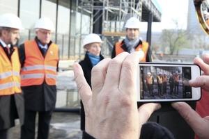 Von links: Stiftungspräsident Hermann Parzinger, Enkel Mies van der Rohes, Dirk Lohan,  Petra Wesseler, Präsidentin des Bundesamtes für Bauwesen und Raumordnung mit Bauleiter Kai Maibohm vom BBR