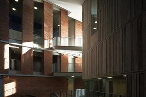 <br />Die Galerien und Theater scharen sich um ein mehrstöckiges Innenfoyer im für Belfast typischen Backsteinrot, das in jedem Geschoss neue Ausblicke eröffnet<br />