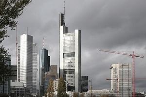 Im Zentrum - trotz Konkurrenz am östlichen Stadtrand durch die EZB - immer noch der Commerzbanktower von Norman Foster Architects. Und immer noch das höchste Bürohaus Deutschlands. Der Messeturm war das ...