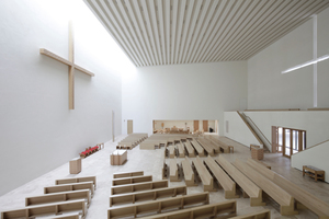 Zwischen den Kreuzen wird ein über Licht und sorgfältig geplante Möblierung ästhetisch anspruchsvoller Raum aufgespannt