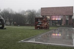 """Blick aus dem Skulpturengarten auf die """"Dedication to Don Judd"""" (hinter dem Fotografen eine Arbeit von Sol Lewitt, einem Bewunderer Flavins)"""