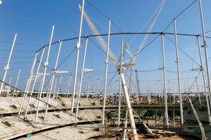 """Für die Dachkonstruktion wurde eine geschlossene Ringkonstruktion entwickelt. Mit Kränen und Seilwinden wurde das Dach """"hochgezogen"""". Eine Besonderheit ist die zwischen den Seilringen angeordnete Dachmembran, die von hohen Luftstützen durchstoßen wird. Das Gewicht liegt bei 45 kg/m²"""