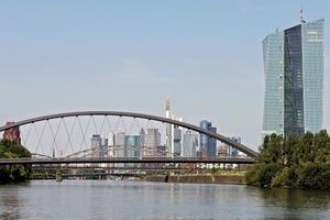 Die neue Osthafenbrücke ist für die Schifffahrt das östliche Entree zur Stadt; im Hintergrund die Skyline mit der benachbarten EZB