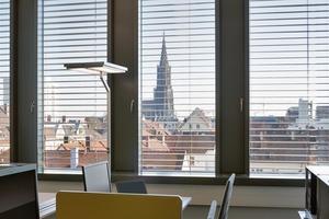25cm Dämmung in den Außenwänden erzeugen einen U-Wert von 0,133 W/m²K, im Dach  kommt man auf einen Wert von  0,135 W/m²K. Mit dieser Dämmung erreichen alleine die opaken Bauteile, d.h. ohne Berücksichtigung der Fenster, nahezu Passivhaus-Qualität. Die DGNB vergab ein Vorzertifikat in Gold