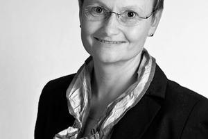 """<div class=""""autor_linie""""></div><div class=""""dachzeile"""">Autorin</div><div class=""""autor_linie""""></div><div class=""""fliesstext_vita""""><span class=""""ueberschrift_hervorgehoben"""">Kristina Heckmann</span> ist im Team Architektur-Planung der Velux Deutschland GmbH in Hamburg tätig. Im Rahmen des Experiments LichtAktiv Haus ist die Diplom-Ingenieurin als Bauherrenvertreterin für die Projektkoordination und die Umsetzung der Entwurfsidee verantwortlich. Bevor Kristina Heckmann zu Velux kam, arbeitete sie 10 Jahre als Architektin in verschiedenen Büros in Hamburg und Berlin.</div><div class=""""autor_linie""""></div><div class=""""fliesstext_vita"""">Informationen: <a href=""""http://www.velux.de/modelhome"""" target=""""_blank"""">www.velux.de/modelhome</a></div>"""