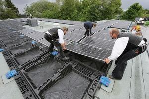 Die Solarpaneele werden aufgebracht, nachdem die Halterung sicher auf der Dachkonstruktion befestigt wurde