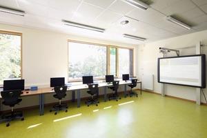 Natürliches Licht verbessert zwar die Lern- und Arbeitsleistung. Es muss aber auch für Blendschutz gesorgt sein. Automatisch gesteuerter Sonnenschutz schafft optimale Licht- und Sichtverhältnisse<br />
