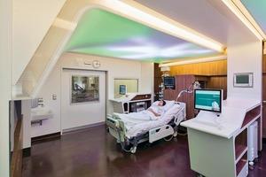 Im Blickfeld des Patienten – und damit des Konzepts: die Decke über dem Patientenbett. Zentrales Element ist hier ein großformatiger Screen, der mit wechselnden Lichtszenarien bespielt werden kann