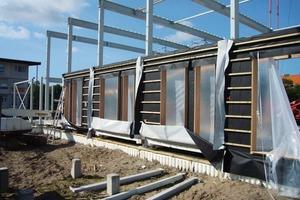 Die neun bzw. sechs Meter langen Module sind in ein Stahlgerüst sortiert<br />