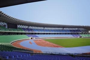 Das Stadion bietet Platz für Fußball- und Leichtathletikanlagen nach internationalen Standards sowie 55 000 Zuschauer