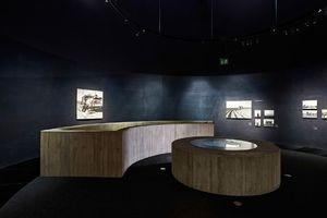 Der Ausstellungsraum im ehemaligen Wasserreservoir mit dezentem Tageslicht von oben und einem Bullauge am Boden, das Blicke in die Tiefe möglich macht<br />
