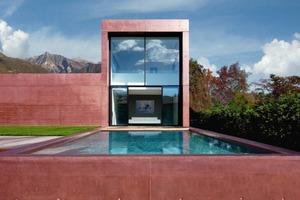 Die rote Villa in Ascona von Architekt Thomas Radczuweit/ Minusio erhält ihre Farbe durch das Einmischen von 6% Farbpigment in einen hellgrauen Beton<br />