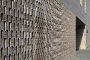 Gelochtes Ziegelmauerwerk vor dem Eingang zur Bibliothek