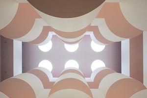 Innen drin ein wunderbares, balkongeschmücktes Atrium